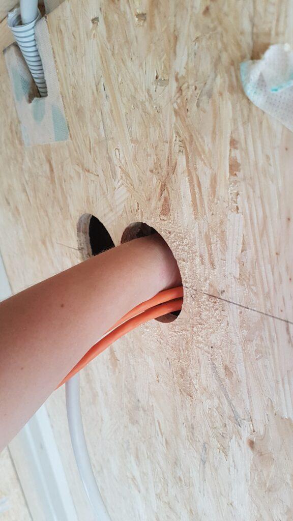 Schmale Hände helfen beim Kabel suchen
