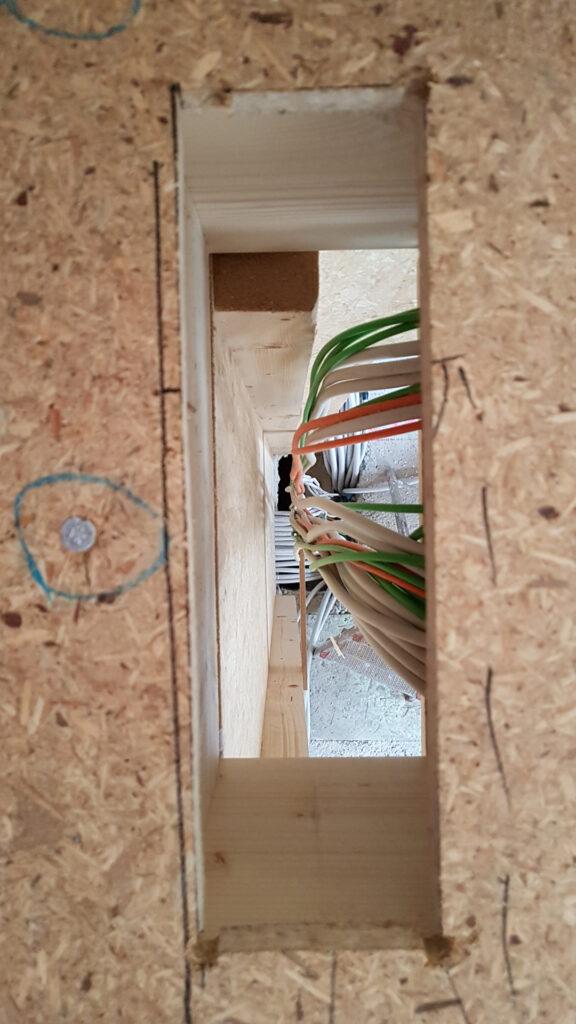 Blick durch den Kabelschacht vom OG in den Keller