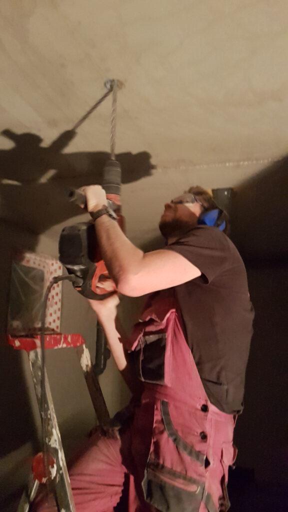 Peter bohrt ein Loch mit der Hilti
