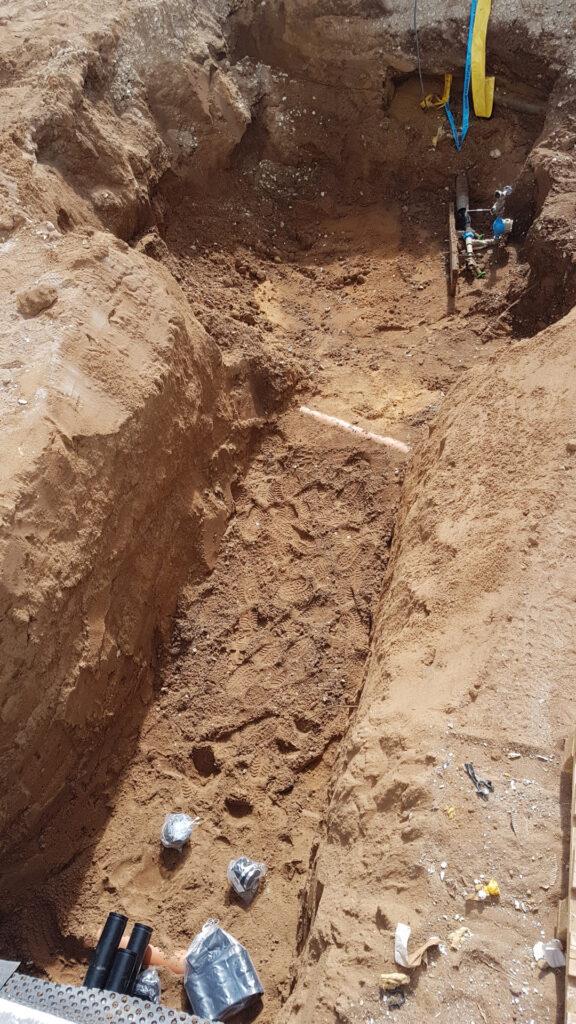 Graben für Hausanschlüsse